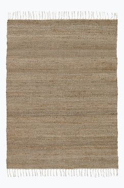Ellos Home Jutematta Savannah 140x200 cm Jutematta i mjuk kvalitet med bomullsfransar. Unika färgskiftningar – ingen matta är den andra lik. Stl 140x200 cm.<br><br>Jute är ett återvinningsbart naturmaterial som passar bra till mattor tack vare sin tålighet. En matta i jute ger rummet en ombonad, naturlig känsla. Ur ett miljöperspektiv är det ett mycket bra materialval – det är helt biologiskt nedbrytbart och förnyelsebart.<br><br>För ökad säkerhet och komfort, använd ...