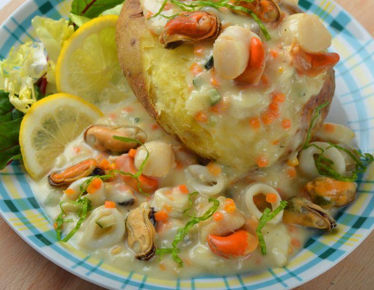 """Pom' au Four """"La Pêcheur"""" : Pomme de terre cuite au four, noix de St Jacques avec corail, anneaux d'encornet et moules mijotés à la crème et petits légumes, sauce fines herbes et salade mêlée."""