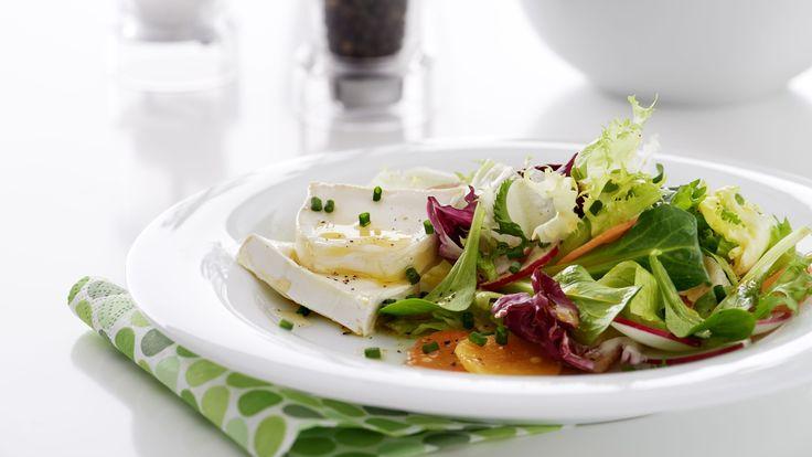 Frühlingshafte Vorspeisenidee für das Ostermenü: gemischte Blattsalate mit Schnittlauch und Senfvinaigrette, dazu Ziegenkäsescheiben mit Blütenhonigtropfen.