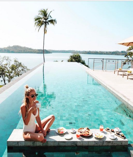 ohh couture trave blogger eating breakfast in tropical swimming pool