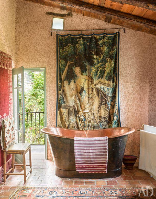 Ванная при хозяйской спальне. Медная ванна — современная копия ванны XIX века.