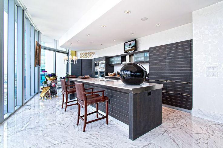 Потолки из гипсокартона на кухне: важный аспект в геометрии пространства (фото) http://happymodern.ru/potolki-iz-gipsokartona-na-kuxne-35-foto-stilnoe-i-udobnoe-reshenie/ Двухуровневый гипсокартонный потолок в интерьере стильной кухни нестандартной планировки