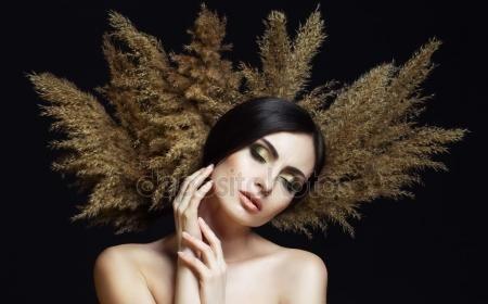 Скачать - Портрет красивой стильной девушки с идеальный макияж и кожи, позирует на черном фоне. Художественный портрет с тростником и студийный свет — стоковое изображение #106090216
