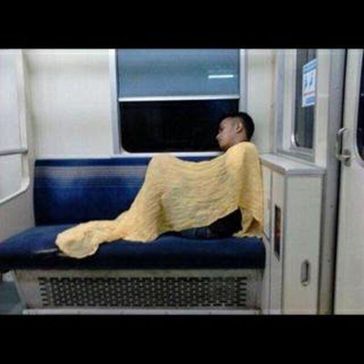 10 gaya tidur orang orang di kereta bikin ngakak