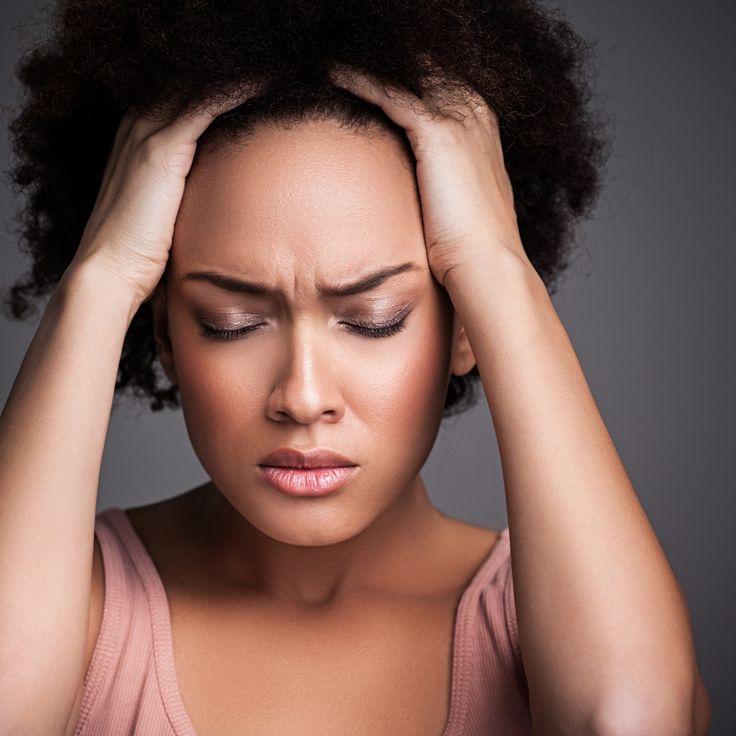 Чудовище по имени «Мигрень»  Термин «мигрень» был введен еще древнеримским врачом Галеном. Это сложное заболевание, основным симптомом которого являются приступы невыносимой боли строго в одной половине головы. Врачи связывают эту патологию с нарушением обмена серотонина – вещества, участвующего в передаче нервных импульсов. Кстати, мигренью чаще страдают женщины. Если твоя мама большую часть жизни мучилась из-за невыносимой головной боли, скорее всего, и тебя ожидает аналогичная участь…