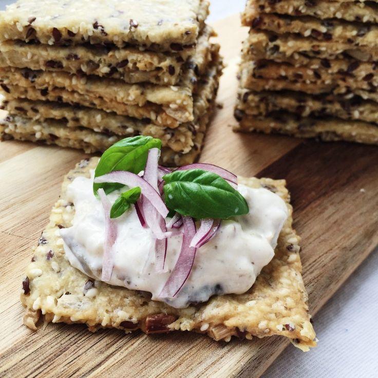 Hjemmelavet knækbrød smager bare dejligt. Denne opskrift på hjemmelavet knækbrød er med en masse frø og kerner, og er gode til den lille sult.