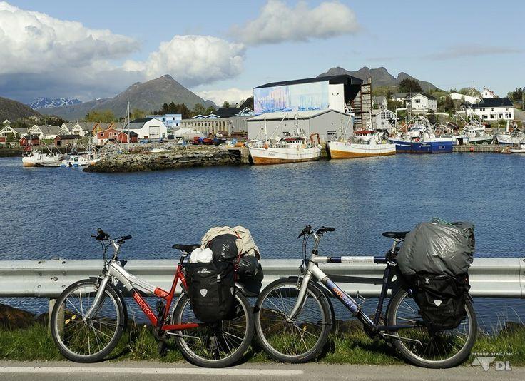 Les Lofoten à vélo: Voyage abordable (Detour Local) -> Nos vélos (version compacte) tout près de la ville de Stamsund, Lofoten www.detourlocal.com/les-lofoten-a-velo/