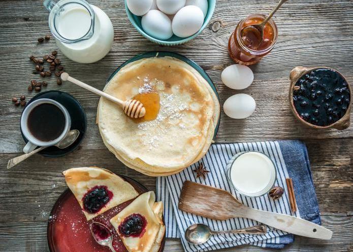 Pannenkoeken zijn lekker als dessert, maar met de juiste ingrediënten kunnen ze ook dienen als een gezond ontbijt. In onderstaande video vind je vier eenvoudige recepten om op een gezonde manier pannenkoeken te maken. 4 x gezonde pannenkoeken Het eerste receptje is een simpele bereiding met slechts twee ingrediënten: banaan en ei. Een tweede optie …