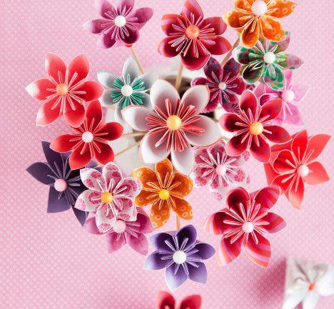 Näillä ohjeilla askartelet lehtemme kannessakin olleita, kauniita origamikukkasia. Katso video.