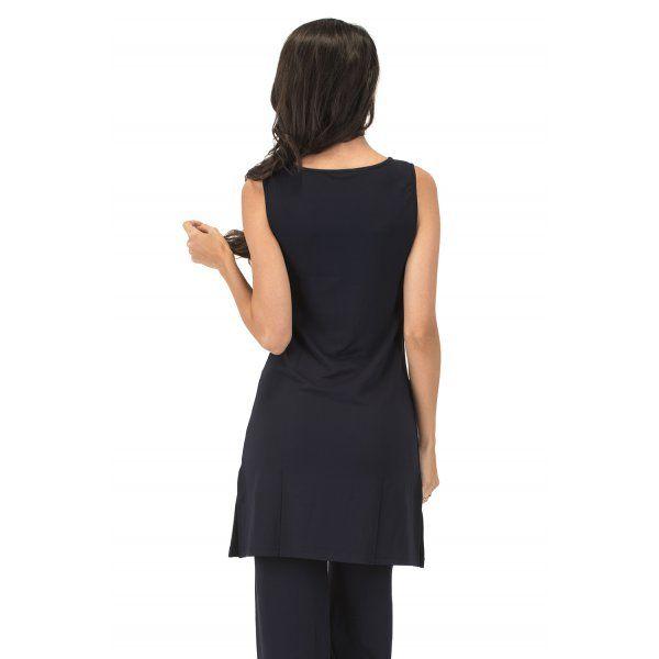 Tubino multiuso: abito senza maniche, passe-partout dal design sobrio e lineare, girocollo, manica a giro, lunghezza sopra il ginocchio, spacchi laterali, taglio slim. Da solo o sopra al pantalone dello stesso tessuto per un completo pratico e elegante. #WearEssential #moda #abito
