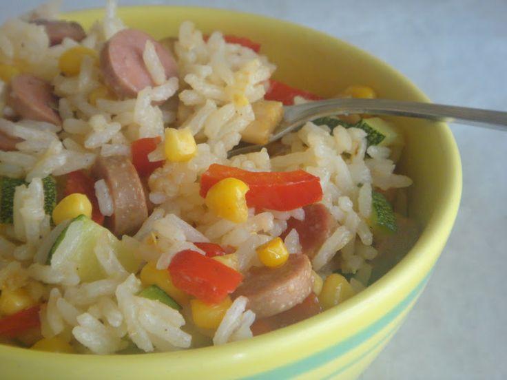 salada de arroz com salsichas