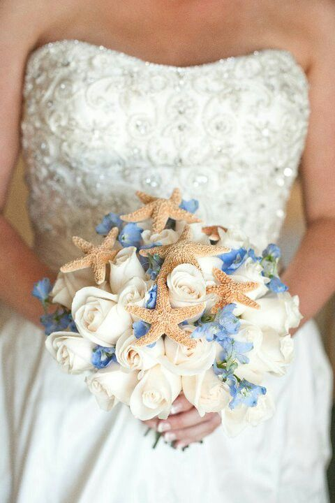 Here's a beach theme wedding bouquet with smaller starfish included for an overall accent at the beach. Beach weddings and wedding venues // Idea para incluir elementos marinos en el bouquet de boda en la playa.