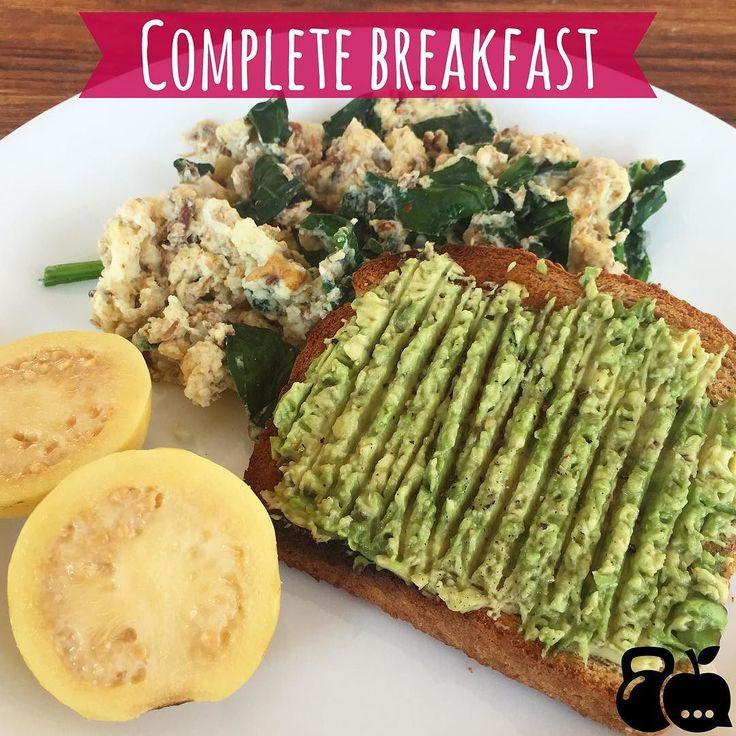 Huevo revuelto con espinacas pan de granos germinados con aguacate y 1 guayaba. Un desayuno súper completo! proteínas carbs grasas buenas y fibra