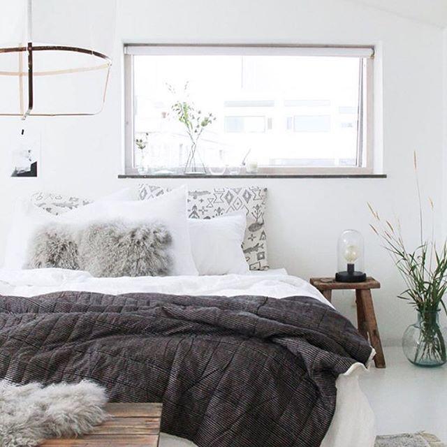 Para una cama 10, con el nórdico y un plaid bastará para crear contraste o dar textura. Piensa que a la hora de dormir solo tendrás un plaid sobre la cama. Cuando coloques el plaid procura que este ocupe, como mucho, 1/3 de la cama, así da menos peso al conjunto. #scandinavian #decoración #interiores #home #nordiconspiration #nordicstyle #scandinavian #wood #interior4all #home #nordic #rustic #inspo4all #nordicinspo #inspiration #nordicdesign #treats #rústico #nórdico #inspiracion…