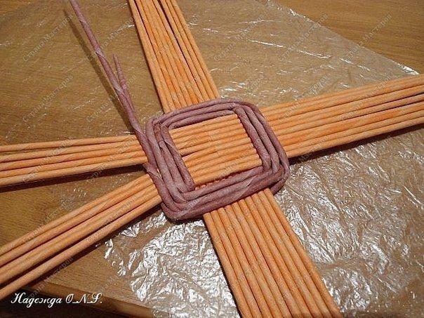 Плетем поднос из бумажных трубочек