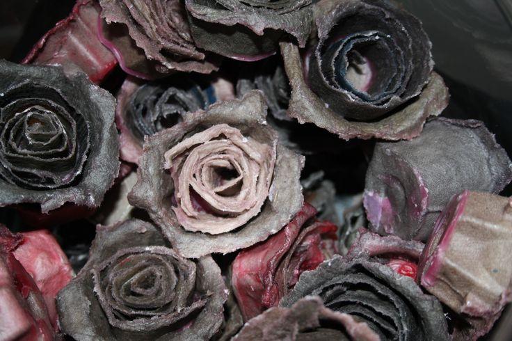 Sytyke ruusuja munakennoista ja kynttilän jämistä