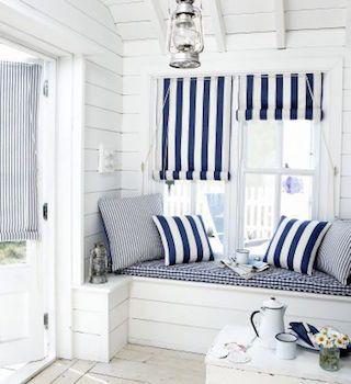 海といえば、青×白。 カーテンやクッションで マリン テイストを再現。