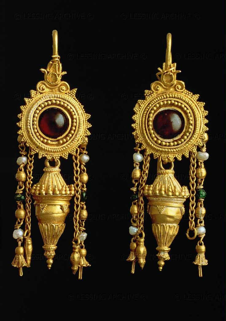 JEWELRY 3RD BCE Earrings with garnets and pearls, 3rd century BCE. H: 3,1 cm. Museo Archaeologico, Bari, Italy