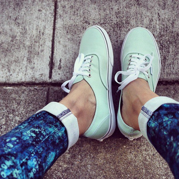 We love how Erica of HonestlyWTF's mint Vans highlight the pops of blue in our Skyline Ankle Peg Umbria print jean.