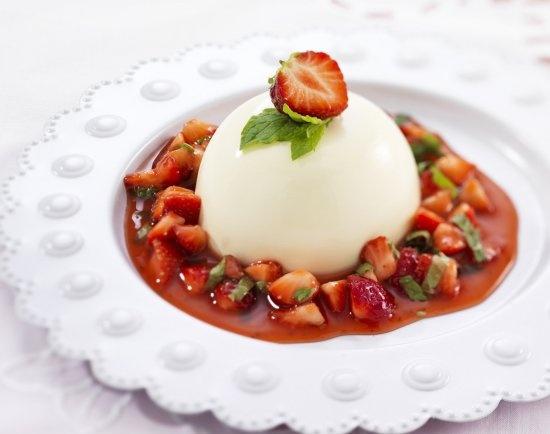 Panna Cotta: klassiek zacht Italiaanse #dessert met frisse aardbeiensaus. Klik op de afbeelding voor het #recept. #pannacotta #aardbeien #toetje
