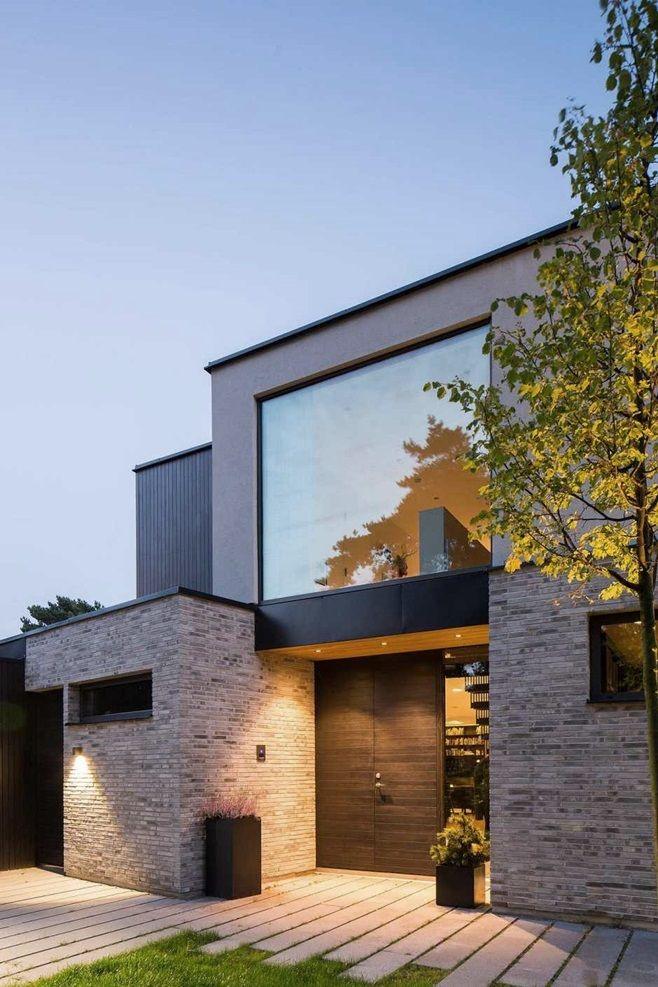 Villa J от архитектора Johan Sundberg спроектирована для семьи из пяти человек и находится к востоку от шведского города Höllviken. Одной стороной дом выходит на озеро, а другой угол участка, на котором он расположен, выходит к дороге. Фасады дома кирпичные в датском стиле и светло-серой штукатурке. Крыша из черного алюминия.