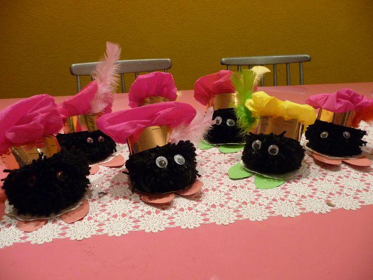 Helemaal leuk om te maken met kids in deze Sinterklaastijd; zwarte pompon met pietenmutsje wordt zwartje Piet!