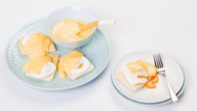 Eggs benedict: recept van eiersaus met gepocheerd ei voor een lekker ontbijt, brunch of lunch. - Instructies - Weethetsnel.nl