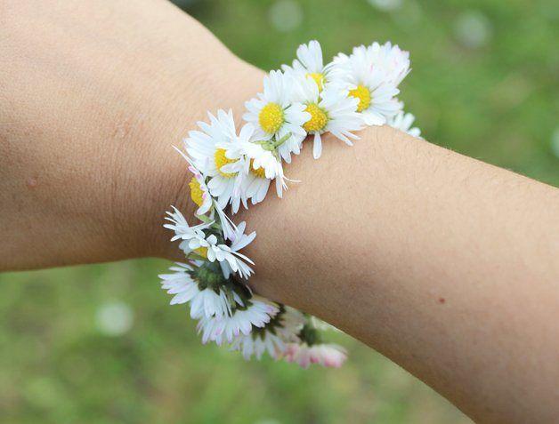 Noi dei bracciali con i fiori raccolti nel prato