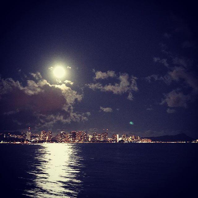 【shu_photrip】さんのInstagramをピンしています。 《幻想的な夜でした。#hawaii #waikiki #diamondhead #coastline #cruise #moon #night #nightview #boat #ocean #fullmoon #instagood #instalike #photo #trip #sky #ハワイ #ワイキキ #ダイヤモンドヘッド #海 #月 #月の道 #夜景 #クルーズ #船 #写真好きな人と繋がりたい #神秘的 #幻想的 #満月 #秋》