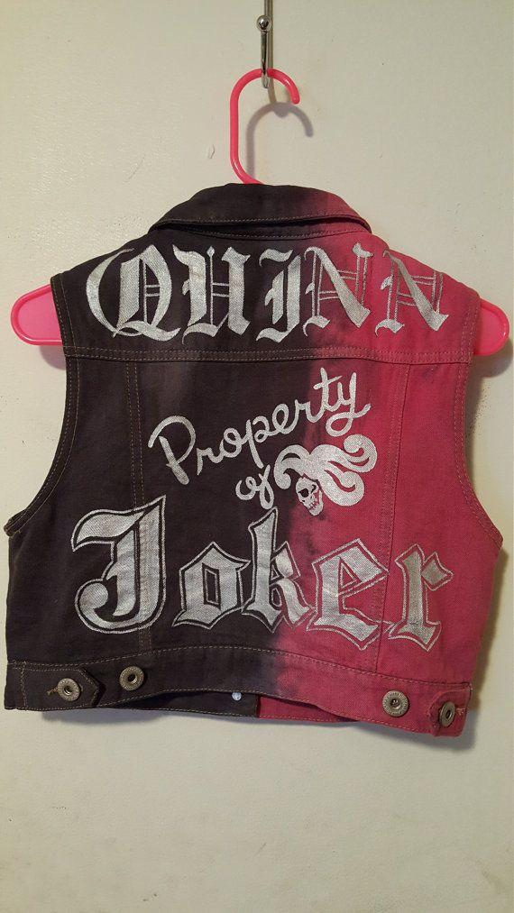 Mano teñida punk chaleco chaqueta diseño del nuevo suicidio Escuadrón Harley Quinn Propiedad de Joker y su apellido Quinn en la parte posterior. Chaleco largo varía dependiendo de la disponibilidad, los colores pueden variar debido a ser mano teñida.