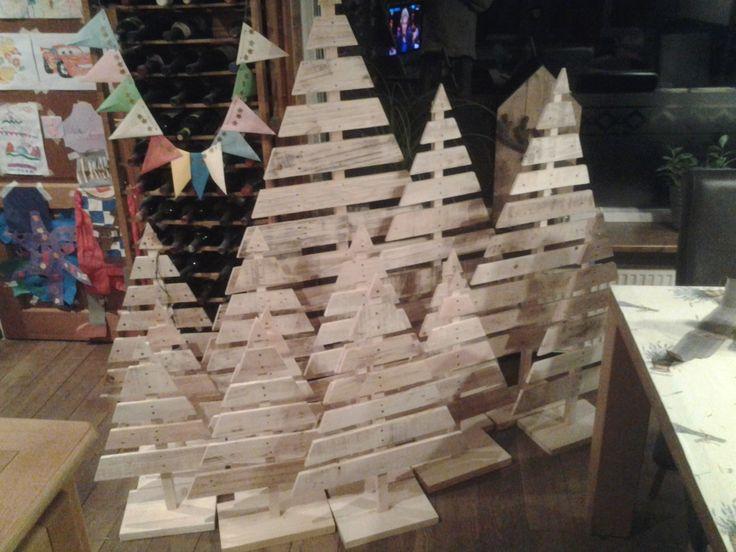 Kerstbomen van pallet latjes. Verschillende hoogtes. Eventueel uit te rusten met lampjes.
