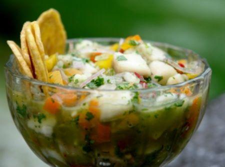"""O ceviche é peixe ou frutos do mar marinado em sucos ácidos de frutas como o limão, o que acaba """"cozinhando"""" o peixe e deixando-o com a carne firme e opaca. Pode ser servido como entrada ou prato principal."""