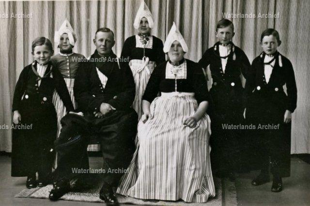 Jacob de Boer 1904-1980. Gehuwd in  1930 met Elisabeth Tuip 1904-1994. Kinderen: Alida M. 1935-; Jacobus J., metselaar-concierge 1936-; Johanna M. 1938-; Cornelis C., metselaar 1939-; Jacobus C. 1941-. #NoordHolland #Volendam