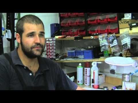 Opus Dei - Un ingeniero amigo de zapateros Jaime y Alejandro son padre e hijo y regentan en Castellón de la Plana un negocio familiar de reparación de calzado y duplicado de llaves y mandos de automóvil.