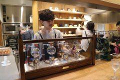 コーヒー豆の焙煎や販売マシーンの輸入販売とメンテナンスを行っていたRostro Japanがアンテナショップカフェをオープン裏原宿カルチャーの一角を担ってきたクリエイター集団M&Mが手掛けた店内では昭和の喫茶をかんじさせる意識したナカヤマのカップ&ソーサーでサイフォンやドリップコーヒーなどを店内限定メニューでいただけるテイクアウトはペーパードリップで紙カップの提供となる  朝8時から夜9時までオープンしておりベーグルやサンドイッチなどのセットメニューやアルコール類も充実している天気のいい日には緑道沿いにあるテラス席でコーヒーブレイクを楽しみたいコーヒー片手に喧騒から離れて歩ける大人の渋谷奥渋エリアの散策もオススメ  http://ift.tt/2sQq8D7]