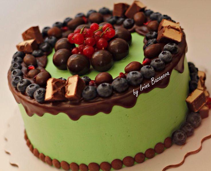 Нежность-шоколадный бисквит и крем на основе маскарпоне и взбитых сливок. Покрытие-крем чиз. Украшен ягодами голубики и конфетами. Автор instagram.com/by_irina_bazanova