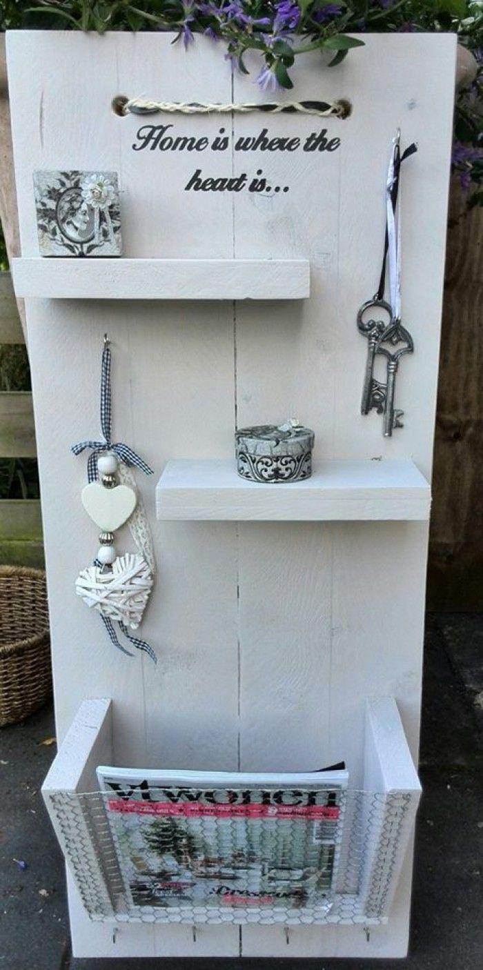 Wandbord met tijdschrift houder. Gemaakt van steigerhout en met witte krijtverf afgewerkt.