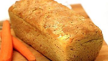 Välillä joudumme laittamaan ruokaa keliaakikoille, jotka eivät voi syödä gluteenia eli esimerkiksi ruokaa, jossa on käytetty vehnäjauhoja. Tämä leipä leivotaan gluteenittomasta, valmiista jauhoseoksesta. Porkkanaraaste taikinassa tekee leivästä maukkaan ja mehukkaan.