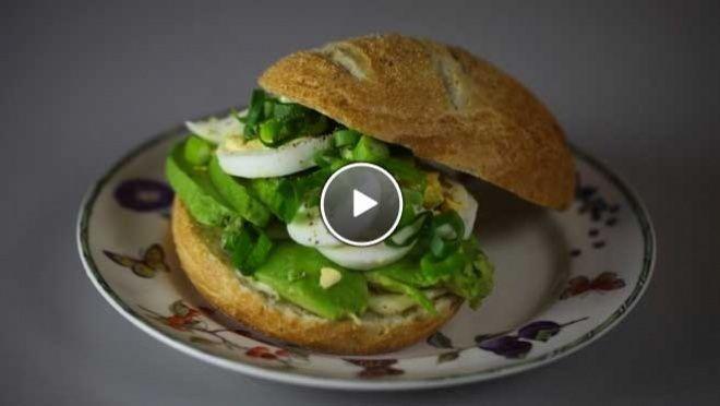 """Het ultieme katerbroodje"": Italiaanse bol met avocado, ei, lenteui en mayonaise - Rudolph's Bakery | 24Kitchen"