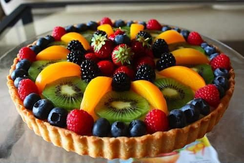 Tarta de arandanos, moras, kiwis, duraznos, frambuesas y frutillas.