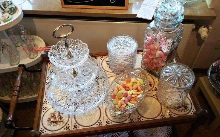 Candybar im Vintage-Stil? Hier mit original 20er bis 60er Jahre Bonbongläsern und Etageren.