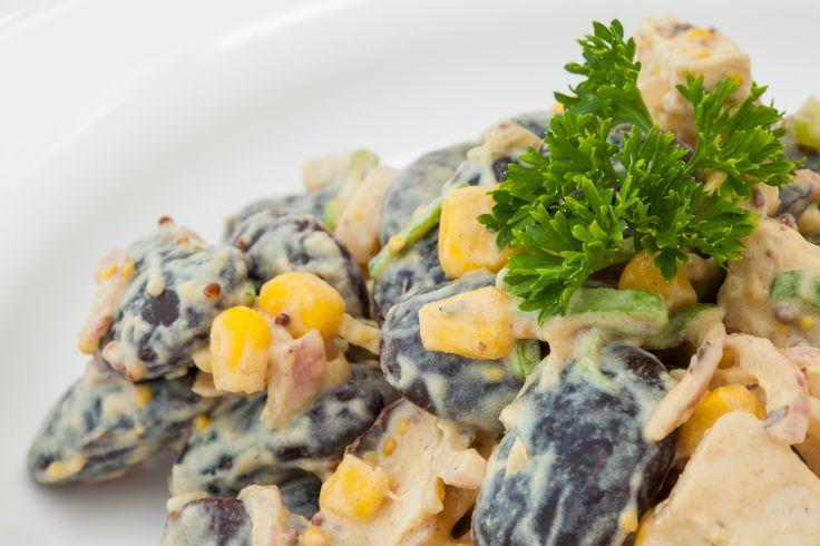 Salát Big Bean salát z velkých fazolí, krůtího masa, kukuřice, jarní cibulky s hořčičným dresingem