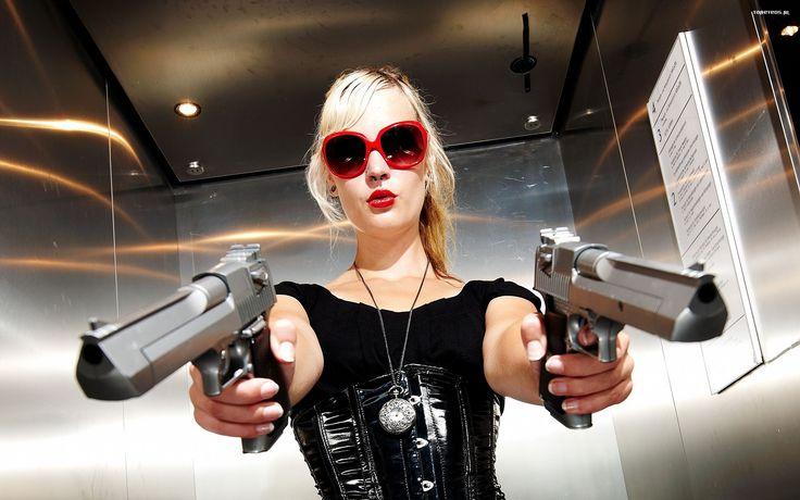 kobieta__girl_2560x1600_705_blondynka__bron__pistolety.jpg (2560×1600)