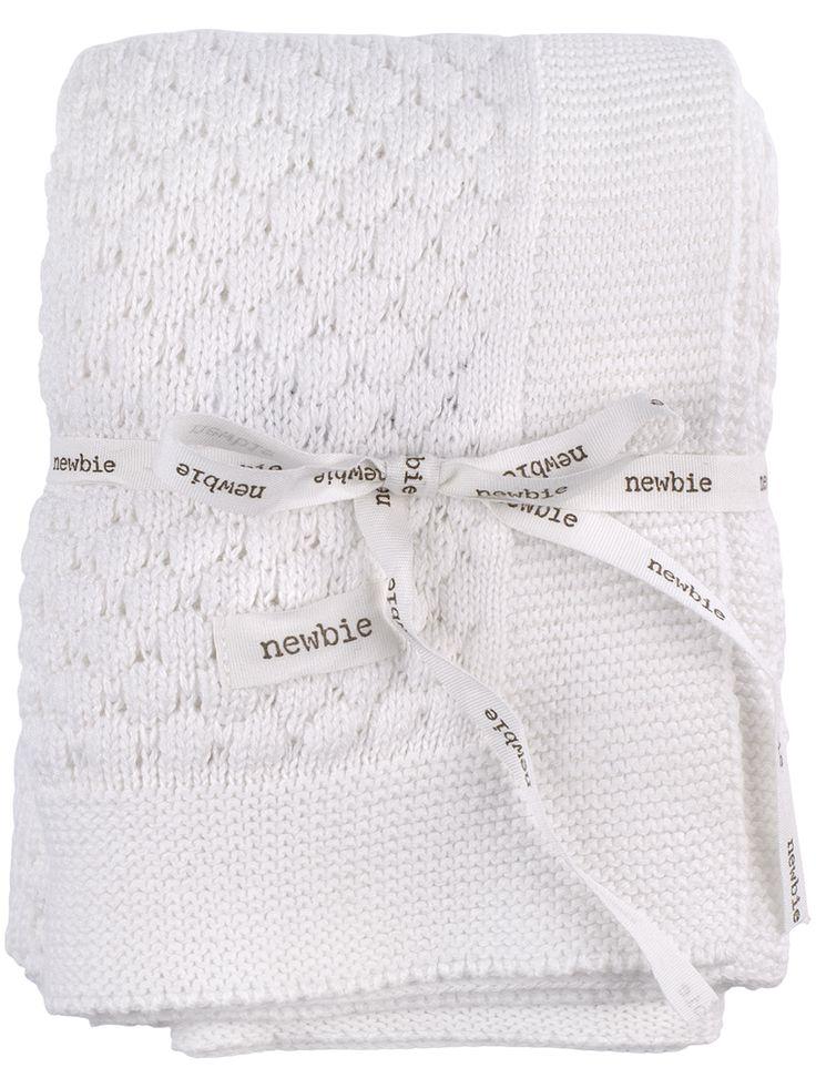 Mönsterstickad filt i 100% ekologisk bomull från Newbie. Liten Newbie-etikett i ena hörnet. Levereras med logo-präglat knytband runt om. Mått 70 x 70 cm.