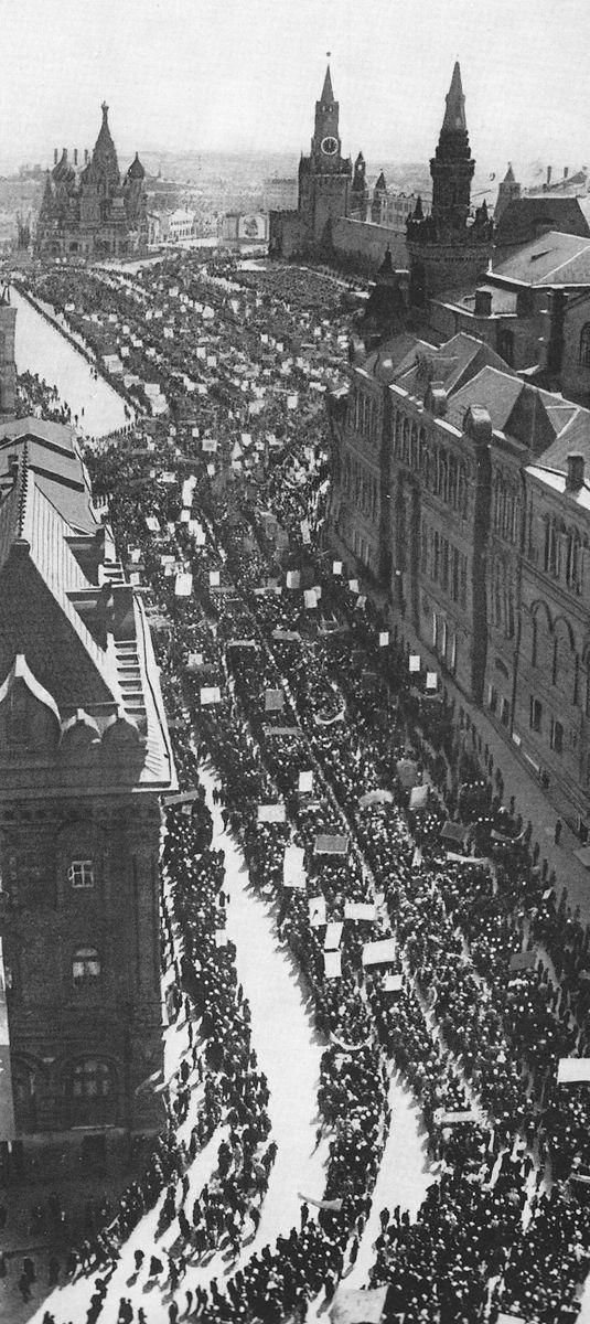 Колонна демонстрантов, проходящая на Красную площадь через реконструированный Исторический проезд. Фото 1940 г.