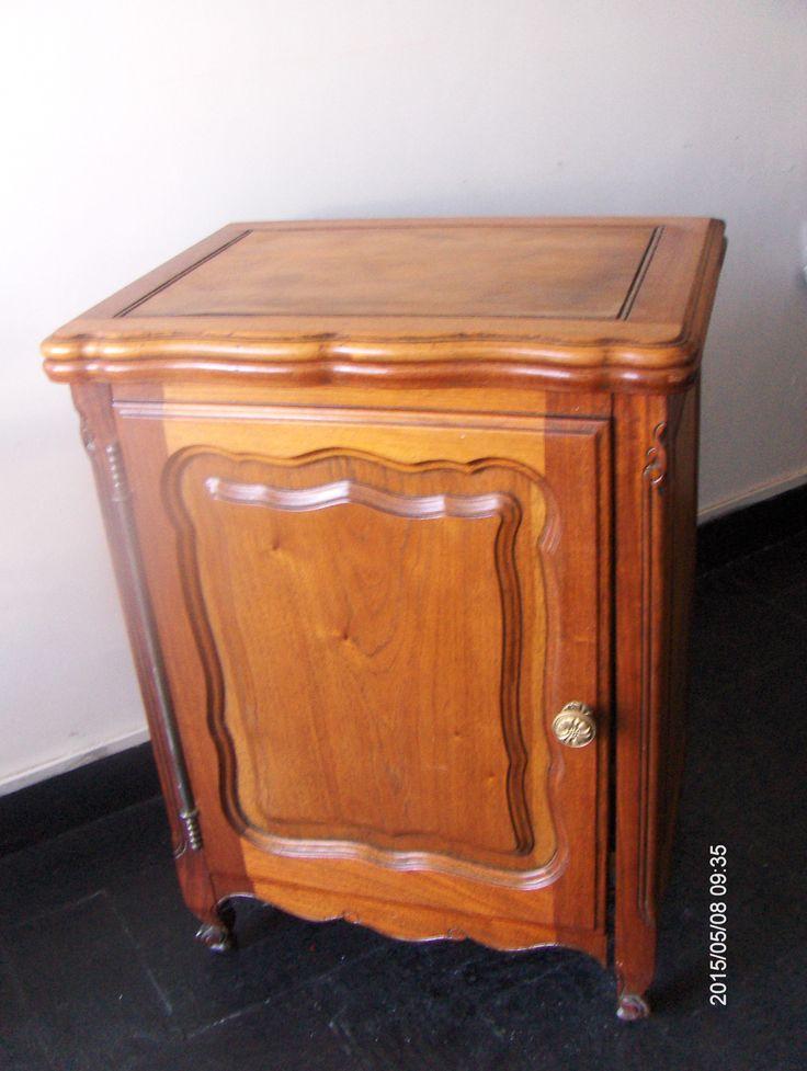 Antiguo mueble donde se guardaba maquina de coser hoy restaurada y  transformada en pequeño mueble para guardar lo que vos necesites