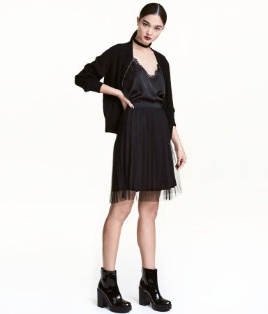 Black. Knee-length, pleated skirt in tulle with an elasticized waistband. Lined.