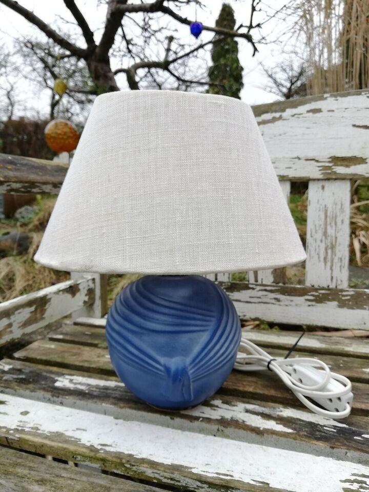 Lampe, Smuk draperet lille bordlampe. Sælges uden skærm i
