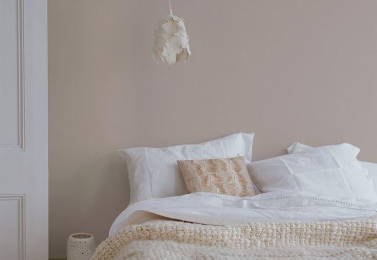 Interieur & kleur | De perfecte lichte slaapkamer. Vorige week liet ik jullie zien hoe je een donkere slaapkamer sfeer geeft, deze week laat ik de lichte slaapkamer zien.Diegene die denkt dat een witte slaapkamer saai is, heeft het mis. Wit geeft een ruimte rust en een clean gevoel. En dat hebben veel mensen nodig na een drukke dag op het werk, dan is even bijkomen op de slaapkamer een must. De kleur wit past perfect bij verschillende stijlen zoals romantisch, modern, strak, rustiek en…