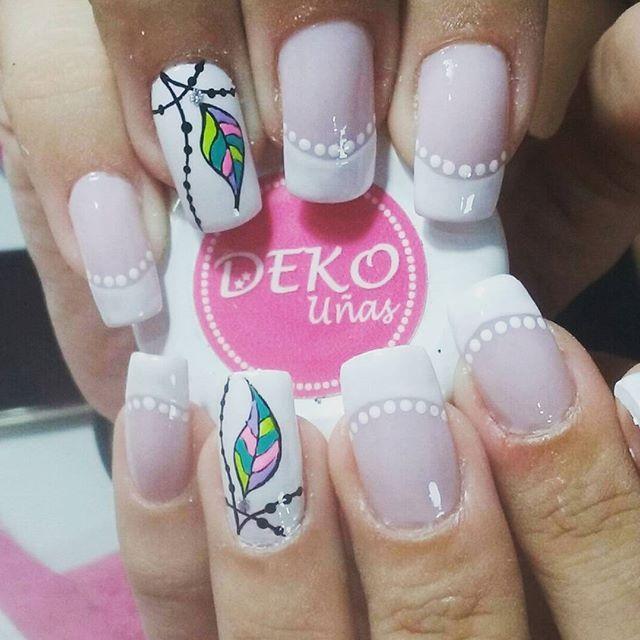 Deko pluma. Visita nuestro spa en Medellín, centro comercial plazuelas de San Diego, local 164. Tel 2329200 Whatsapp 3014325764. Deko por Astrid. #dekouñas #dekounas #decoracionuñas #diseñouñas #uñasdecoradas #uñas #uñaspluma #nailart #nails #spauñas #spauñasmedellin